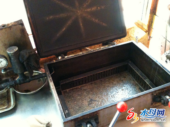 油桶的旁边,就是用来做烤鸭的设备